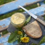 """Löwenzahnbutter """"Goldblütenstreich"""" – Rezept aus """"Wilde Grüne Küche"""". Foto: © Sammy Hart"""